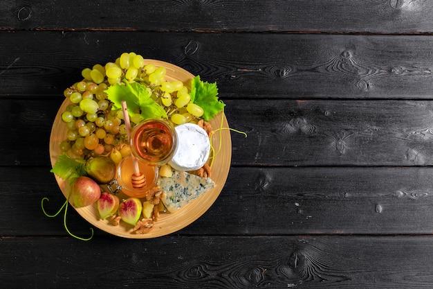 Vin avec des branches de raisins blancs. Photo Premium