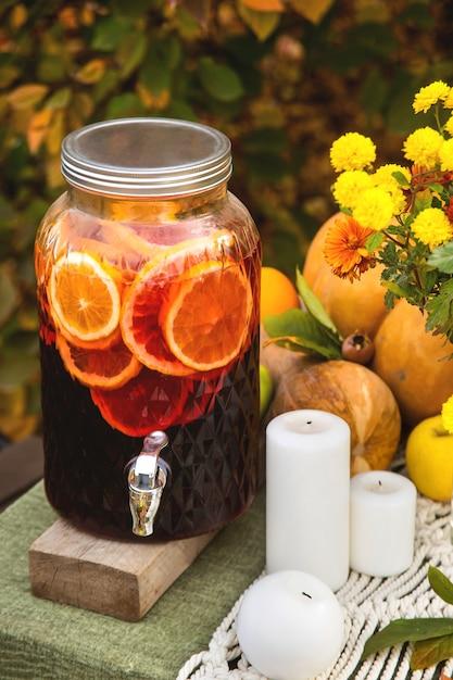 Vin Chaud Dans Une Boîte En Verre Sur Une Table D'automne Festive Pour Un Dîner En Famille Dans Le Jardin. Photo Premium