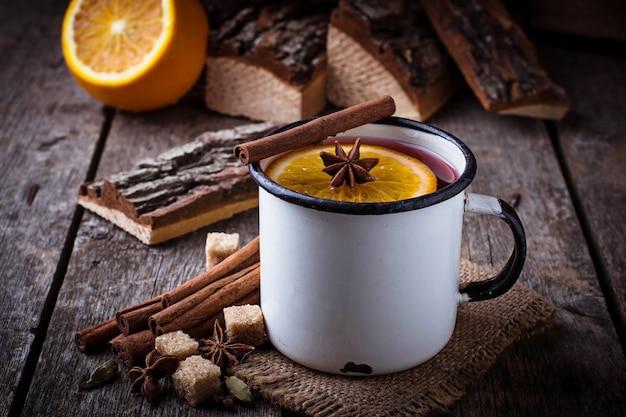 Vin chaud dans une tasse en fer. mise au point sélective Photo Premium