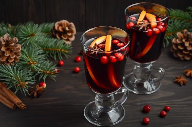 Vin chaud de noël à l'orange et aux canneberges. concept de vacances. Photo Premium