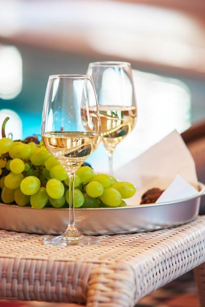 Vin Dans Des Verres Près Des Raisins Sur Un Plateau Photo Premium