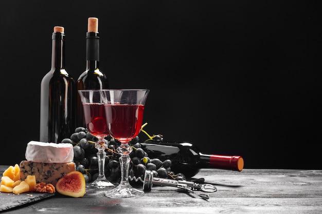 Vin et fromage sur la table Photo Premium