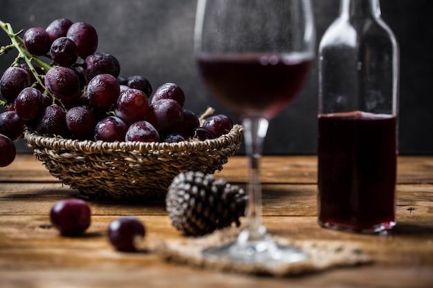 Vin de raisin sur table en bois Photo Premium