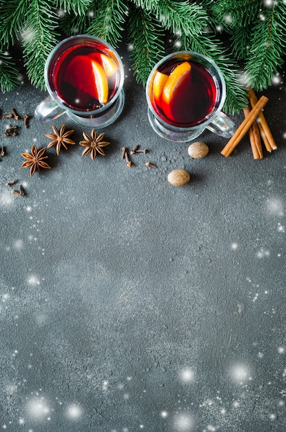 Vin rouge aux épices chaud sur fond sombre Photo Premium