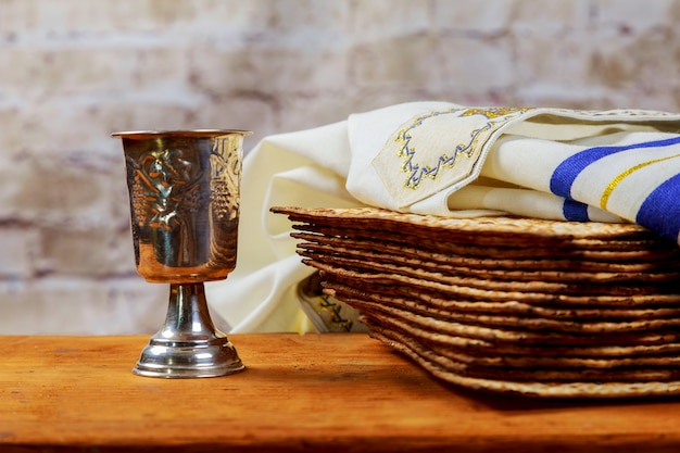 Vin rouge casher avec une assiette blanche de matza ou matza et une haggadah de pâque Photo Premium