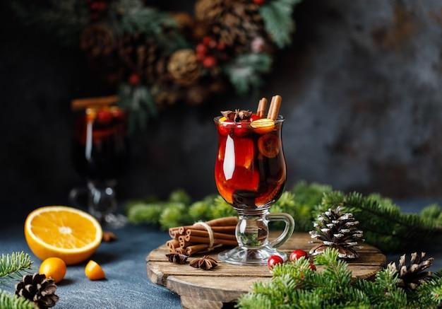 Vin Rouge Chaud De Noël Aux épices, Canneberges Et Fruits Photo Premium