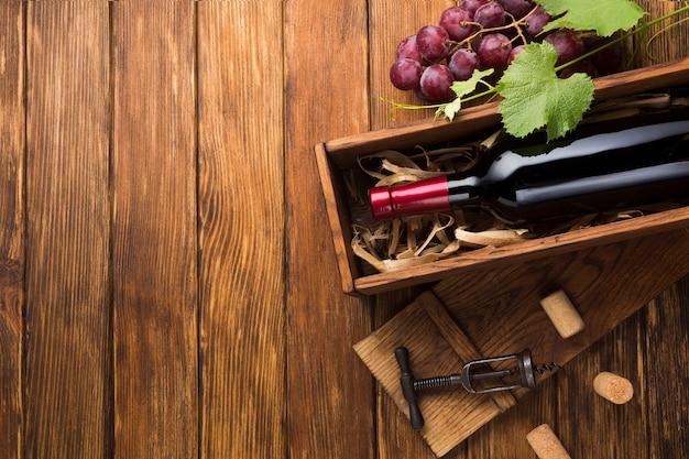 Vin rouge dans une caisse avec espace de copie Photo gratuit