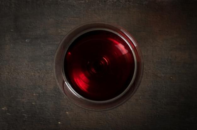 Vin rouge en verre à vin sur bois Photo Premium