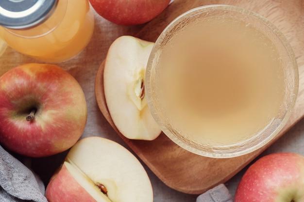 Vinaigre de cidre de pomme avec la mère dans un bol en verre, nourriture probiotique pour la santé intestinale Photo Premium