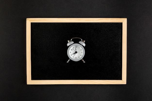 Vintage belle horloge sur fond noir Photo gratuit