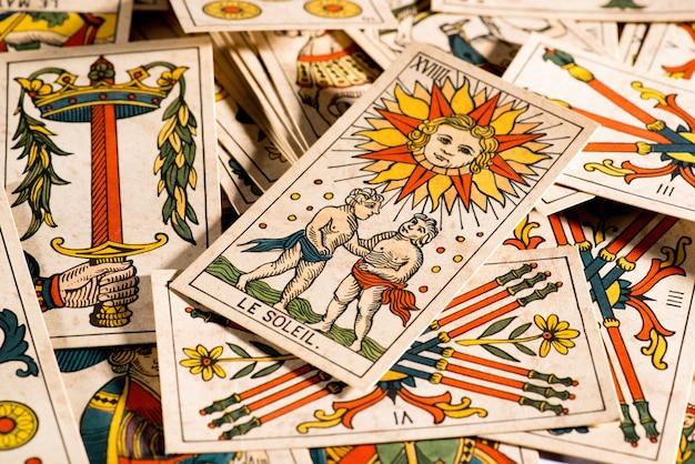 Vintage cartes de tarot se trouvant en désordre Photo Premium