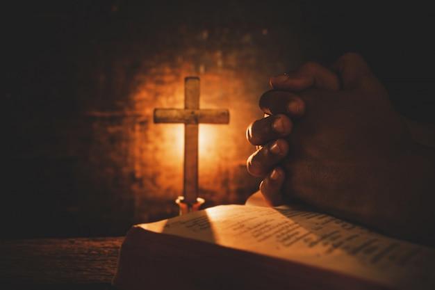 Vintage photo de la main avec la bible en prière Photo gratuit