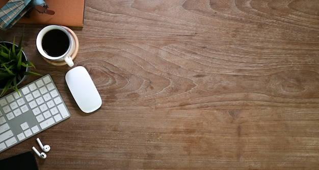 Vintage table en bois confortable avec des fournitures de bureau Photo Premium