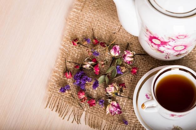 Vintage tasse de thé avec des boutons de roses Photo Premium