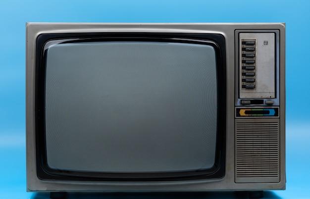Vintage tv isolée sur bleu Photo Premium