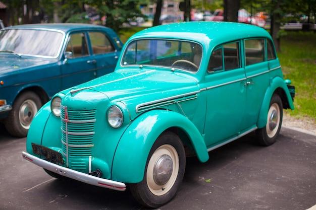 Vintage voiture de menthe exposée au parc Photo Premium
