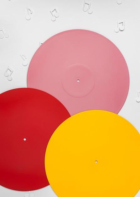 Vinyles Colorés Avec Des Notes De Musique Photo gratuit