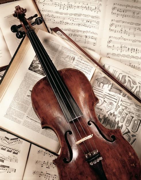 Violon sur livre de musique, shoot en studio Photo Premium