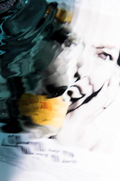 Visage abstrait d'une femme dans les vagues de l'eau Photo gratuit