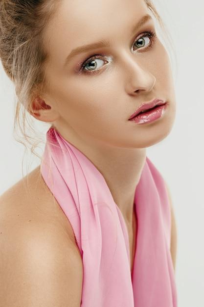 Visage Beauté De La Jeune Femme Mannequin Aux Yeux Et Aux Lèvres Brillantes Photo gratuit