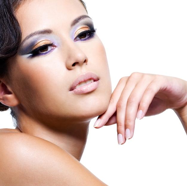 Visage De Beauté D'une Jeune Femme Sexy Avec Du Maquillage De Mode - Isolé Sur Blanc Photo gratuit