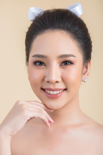 Visage de belle femme avec du maquillage Photo gratuit