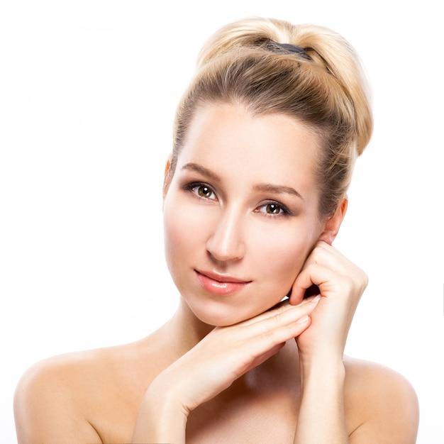 Visage de belle femme. portrait de beauté. belle femme spa toucher son visage. peau fraîche parfaite. Photo Premium