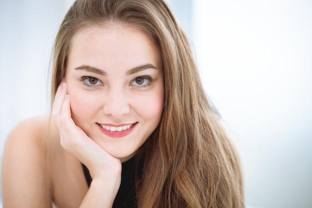 Visage de belle femme souriante dents blanches Photo Premium