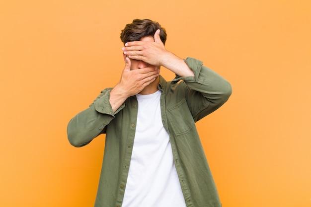 Visage Couvrant Avec Les Deux Mains En Disant Non! Refuser Les Photos Ou Interdire Les Photos Photo Premium
