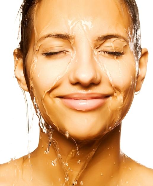 Visage de femme avec une goutte d'eau Photo Premium