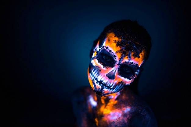 Visage de fille peint crâne uv Photo Premium