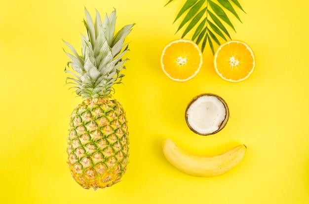 Visage heureux fait de fruits exotiques Photo gratuit