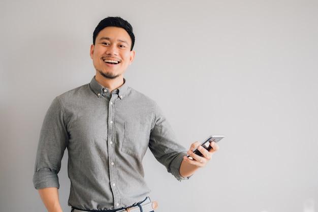 Visage heureux et wow de l'homme asiatique Photo Premium