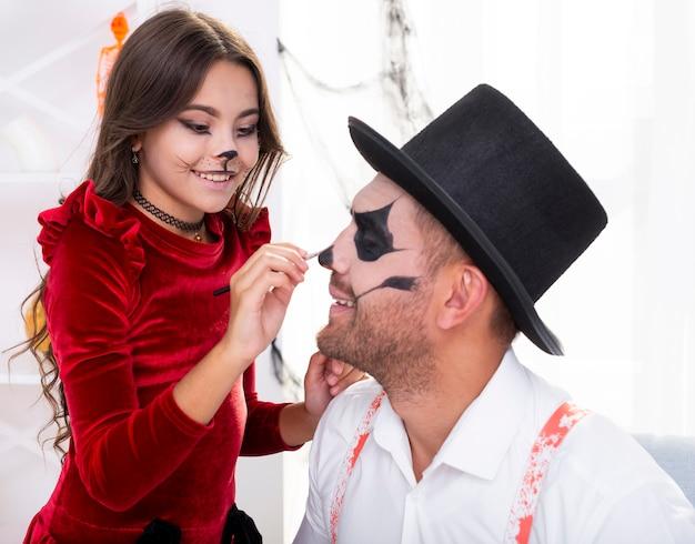 Visage de pères peinture jolie fille pour halloween Photo gratuit