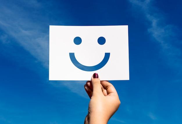 Visage souriant de papier perforé joyeux de happines Photo gratuit