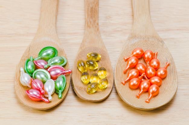 Des vitamines naturelles pour une bonne santé dans une cuillère en bois Photo Premium