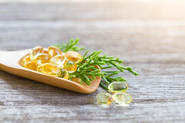 Vitamines saines sur une cuillère en bois Photo Premium