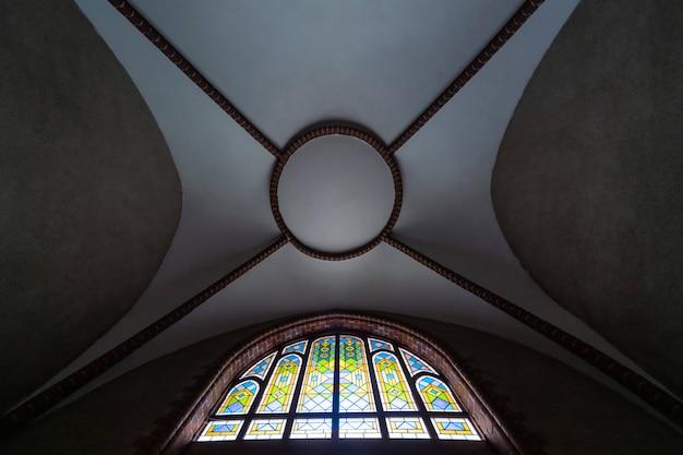 Vitrail dans la vieille cathédrale ou église. belle fenêtre en verre coloré Photo Premium