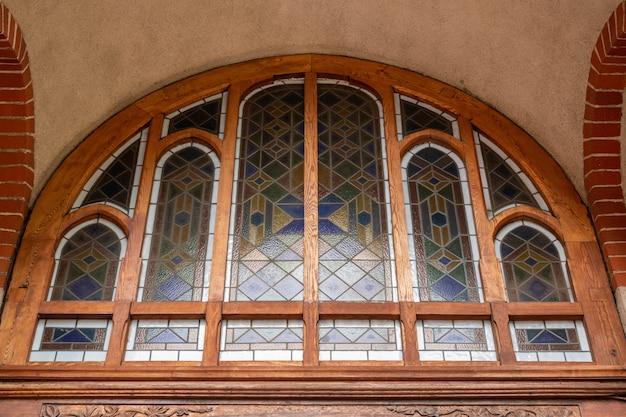 Vitrail dans la vieille cathédrale ou église. Photo Premium