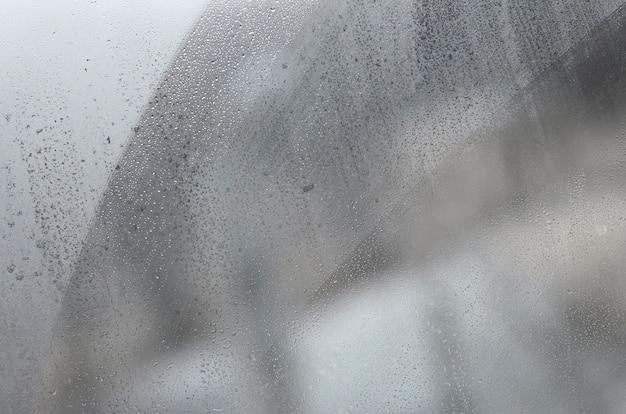 Vitre à condensation ou à la vapeur après de fortes pluies Photo Premium