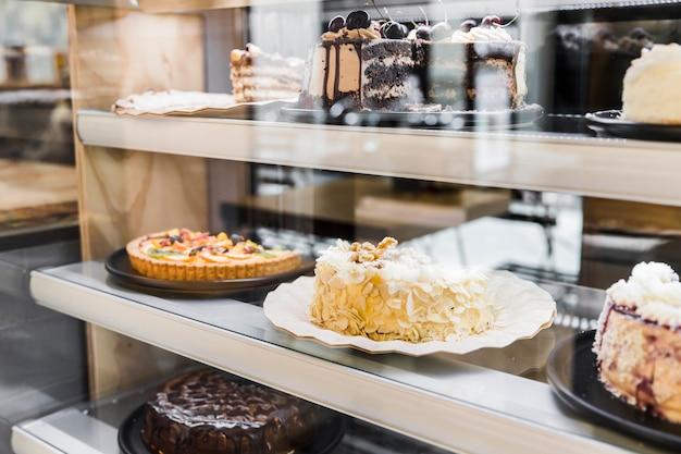 Vitrine avec de délicieux gâteaux en boulangerie Photo gratuit