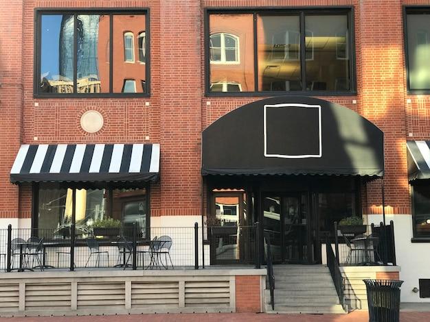 Vitrine du restaurant du centre-ville Photo gratuit