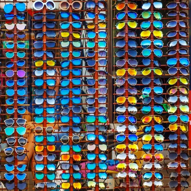 Vitrine extérieure avec une variété de lunettes de soleil pour la protection des yeux. Photo Premium