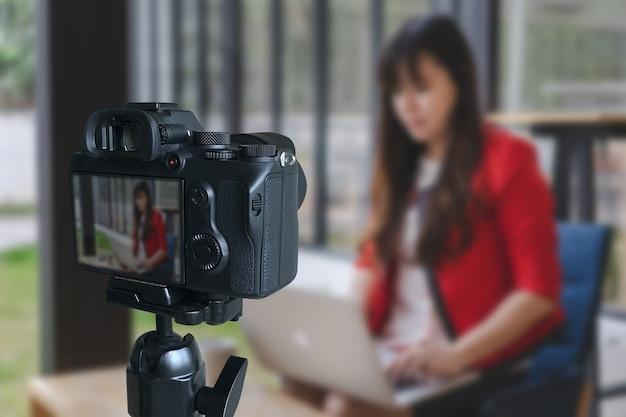 Vlogger Utilisant Un Ordinateur Portable Partageant Son Contenu En Enregistrant De La Vidéo Pour Ses Tendances Vlog Photo Premium