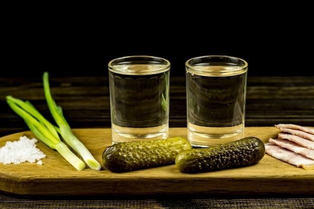 Vodka Et Deux Verres Et Concombres Avec Bacon Et Oignons Photo Premium