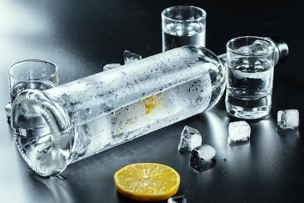 Vodka froide dans des verres à liqueur Photo Premium