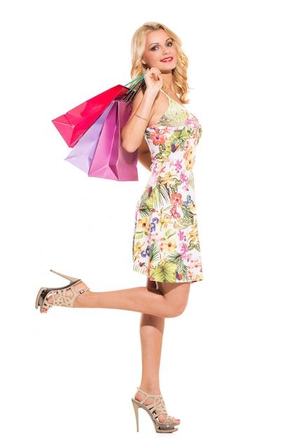 Vogue. belle blonde en jolie robe Photo gratuit