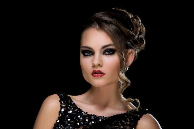 Vogue. belle femme en robe Photo gratuit