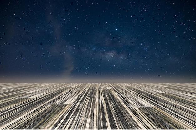 Voie lactée étoile ciel de galaxie nuit avec plancher en bois Photo Premium