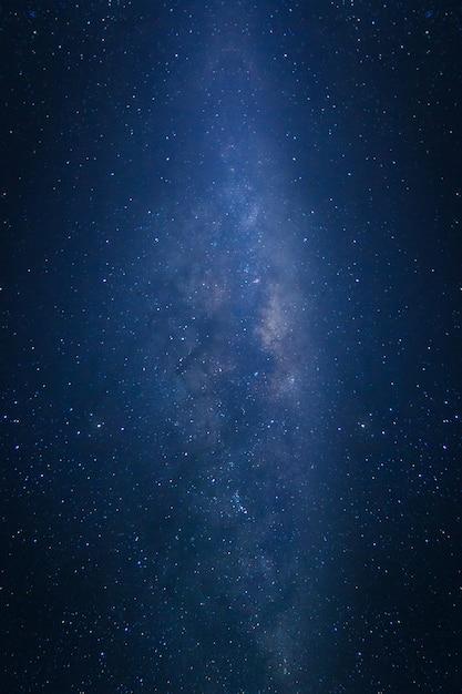 Voie lactée avec des étoiles et de la poussière spatiale dans l'univers Photo Premium